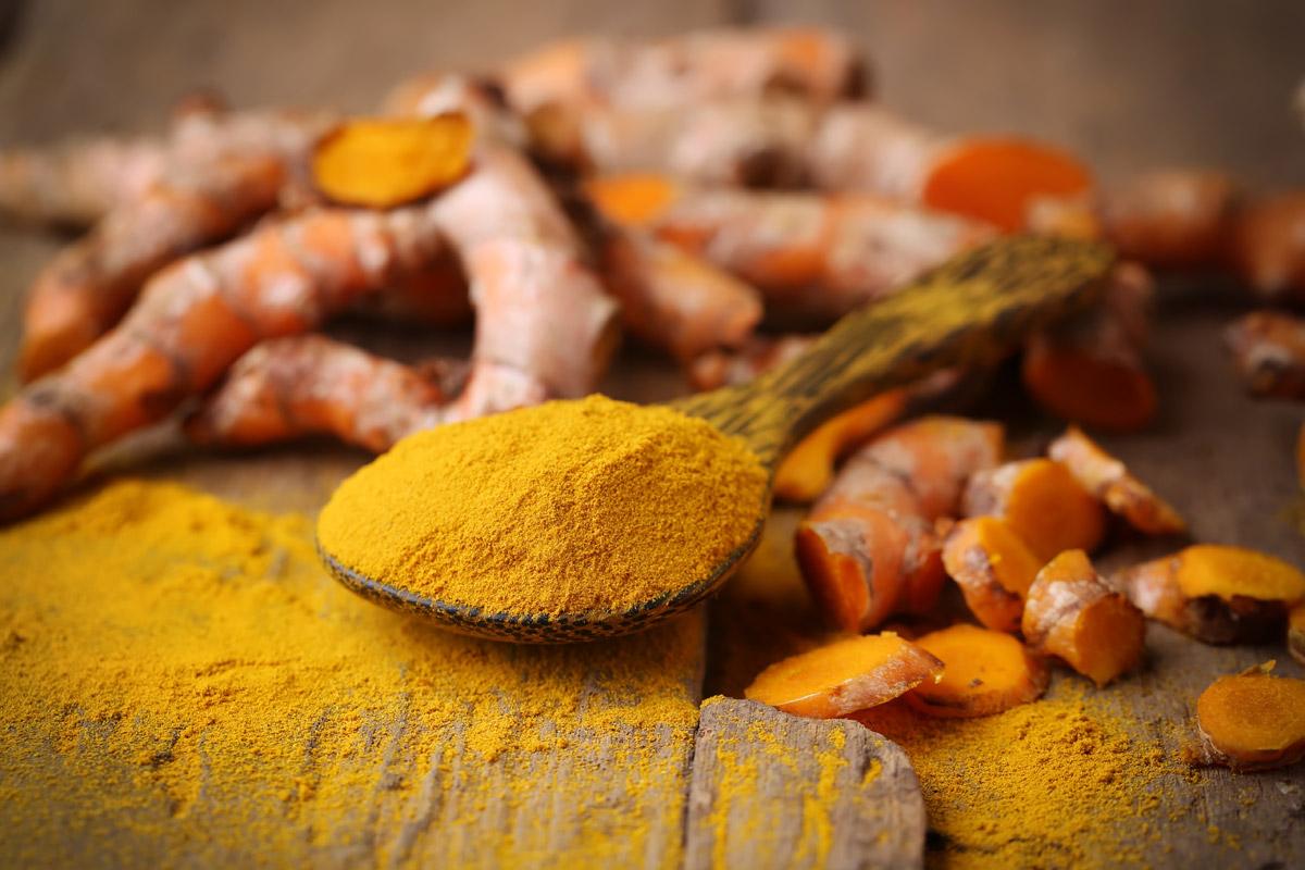 Kurkumin, který se z kurkumy izoluje, se pod kódem E100 používá jako potravinářské barvivo do pudinků, hořčic, margarínů nebo limonád.